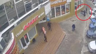 В Воронеже камера сняла на видео, как неизвестный жестоко избил двоих парней