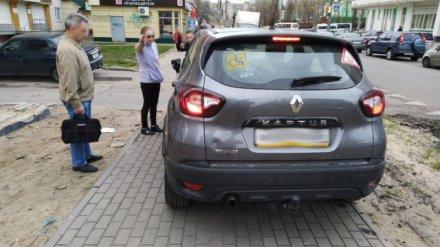 Автохама на Renault оштрафовали за езду по тротуару в Воронеже