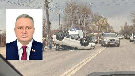 Депутат гордумы Воронежа покалечился в перевернувшейся иномарке в ДТП с такси