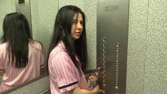 Застрявшая в «падающем» лифте с младенцем жительница Воронежа эмоционально рассказала о ЧП
