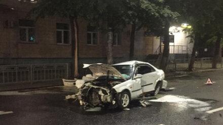 В центре Воронежа пьяный водитель врезался в дерево и забор