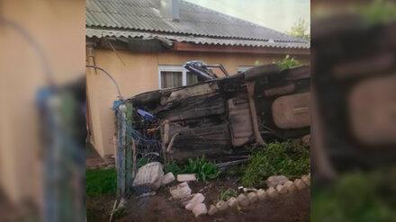 Под Воронежем водитель легковушки влетел в жилой дом и погиб