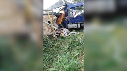 Манипулятор снёс стену жилого дома в Воронежской области: появились фото