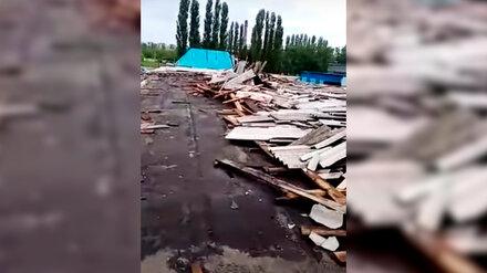 Ураган сорвал шифер с крыши предприятия в Воронежской области