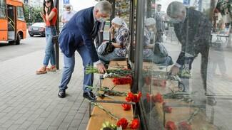 Губернатор принёс цветы на место взрыва маршрутки в Воронеже