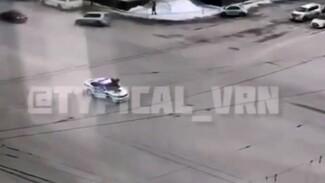 Воронежец запрыгнул на полицейскую машину на оживлённой дороге: появилось видео