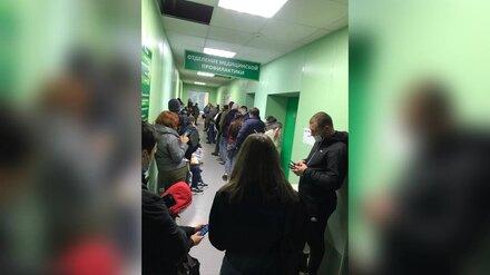 Воронежцы показали огромные очереди из желающих сдать тесты на ковид в поликлиниках