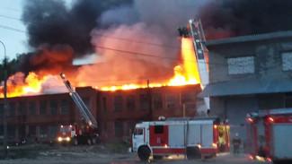В сети появились кадры с полыхающим зданием бывшего воронежского экскаваторного завода