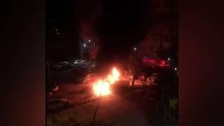 Воронежцы сняли горящие припаркованные во дворе автомобили: появилось видео