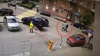 В центре Воронежа прохожий избил курьера в день его совершеннолетия