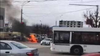 Иномарка сгорела на оживлённом перекрёстке в Воронеже: появилось видео