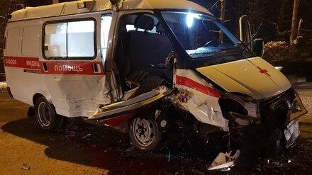В Воронеже иномарка влетела в скорую: серьёзно пострадала фельдшер