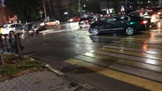 В Воронеже после ДТП загорелась иномарка: появилось видео