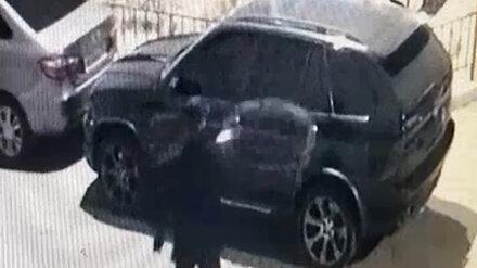 Воронежская полиция разыскивает неизвестного, облившего кислотой BMW