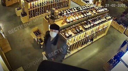 Похититель вина за полмиллиона из воронежского магазина уже 2,5 месяца прячется от полиции