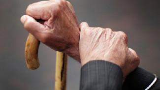 В Воронеже у продававшего гараж 85-летнего дедушки украли с карты 270 тыс рублей