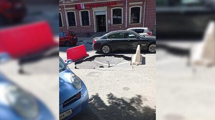 Воронежцы сфотографировали гигантскую яму на дороге в центре города