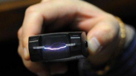 Под Воронежем пьяная женщина ударила полицейского электрошокером