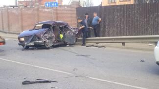 В Воронеже столкнулись пассажирский автобус и «семёрка»: один из водителей пострадал