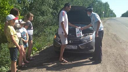 Застрявшую на воронежской трассе семью с 3 детьми спасли от изнуряющей жары