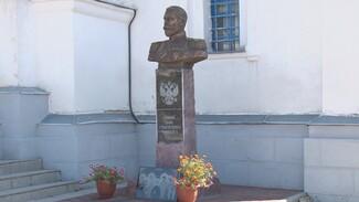 «Русский Иисус». Почему первый в Воронежской области памятник Николаю II установили у храма