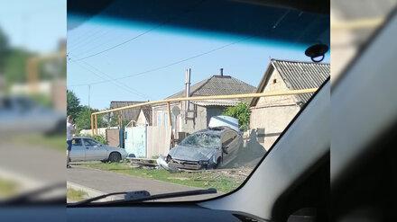 Dodge перевернулся и разворотил забор частного дома в Воронежской области