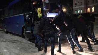 На воронежской трассе пассажирам пришлось толкать забуксовавший рейсовый автобус