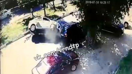 Воронежцы показали на видео момент ДТП с перевернувшимся такси