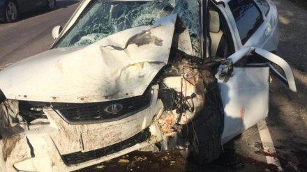 На воронежской трассе в ДТП погиб водитель Lada, столкнувшись с иномаркой и деревом