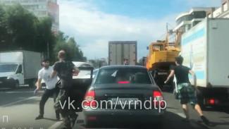 На видео попало, как в Воронеже приезжие водители устроили драку посреди дороги