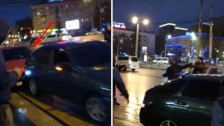 В Воронеже неадекват на «ВАЗе» трижды намеренно врезался в «восьмёрку» и устроил драку