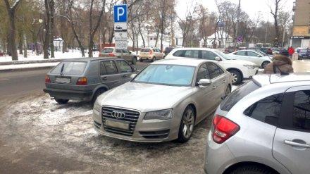 В Воронеже объявили в розыск автохама на дорогой иномарке, припарковавшегося на тротуаре