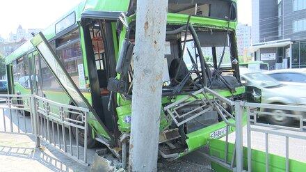 Автобус влетел в столб на выделенке в центре Воронежа: 7 пострадавших