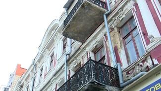 «Фасад отваливается кусками». Один из самых известных домов Воронежа начал разрушаться