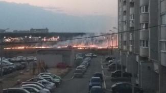 В Воронеже огонь во время ландшафтного пожара на улице Остужева подобрался к новостройкам