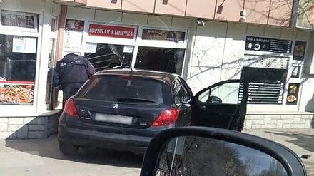 В Воронеже вылетевшая на тротуар иномарка сбила пешехода и врезалась в павильон