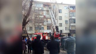 В Воронеже сотрудники МЧС спасли пенсионера, повисшего на балконе пятого этажа