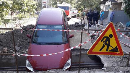 В Воронеже иномарка улетела в дорожную яму: пострадал водитель