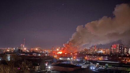 Мэр взял на контроль мощный пожар в воронежской пятиэтажке