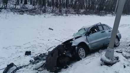 В лобовом ДТП на воронежской трассе один человек погиб и трое пострадали