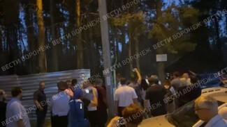 Воронежцы сломали забор в Северном лесу