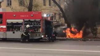 В Воронеже на дороге сгорел автомобиль: в сети появилось видео тушения пожара