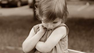 В Воронежской области на пустыре у оживлённой трассы нашли 3-летнюю девочку