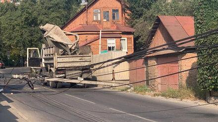 В Воронеже на проезжую часть рухнул столб
