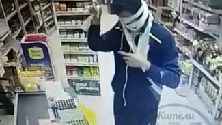 В Воронеже уставший от замечаний покупатель обмотался рулонными масками и попал под камеру