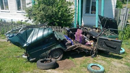 Легковушку разорвало после ДТП с трактором в Воронежской области: пострадали двое детей