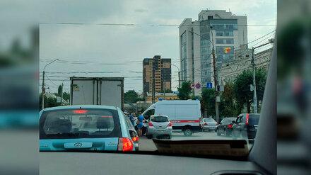 В Воронеже Московский проспект встал в пробке из-за ДТП со скорой