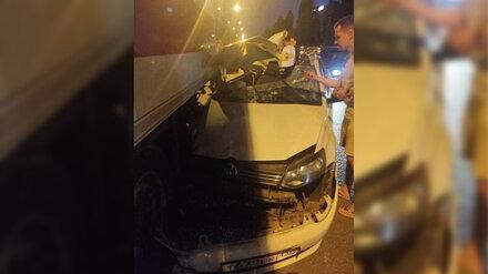 В Воронеже произошло жёсткое ДТП с такси и фурой: появились фото