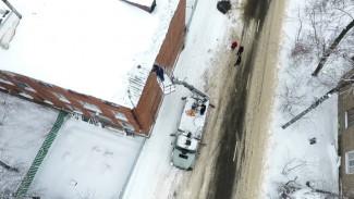 Успеть до оттепели. В Воронеже срочно начали сбивать опасные сосульки с крыш домов