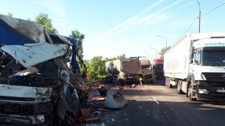 В Воронежской области после страшного ДТП с тремя фурами погибли 2 человека